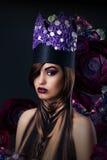 Mulher extravagante em Art Stylized Crown incomum fotografia de stock