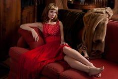 Mulher extravagante no sofá Fotografia de Stock Royalty Free