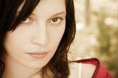 Mulher eyed verde que olha fixamente na câmera Fotografia de Stock