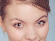A mulher eyes o close up com compõe imagem de stock royalty free