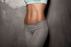 A mulher fêmea da aptidão com corpo muscular, faz seu exercício, Abs, abdominals Foto de Stock