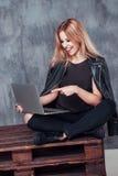Mulher fêmea nova bonita que conversa com os amigos que usam o laptop ao sentar-se no café Povos do conceito, emoções Fotografia de Stock Royalty Free