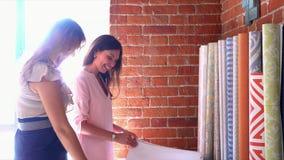 A mulher fala ao cliente sobre a ordem em uma janela do escritório vídeos de arquivo