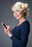 A mulher fala no telefone Imagens de Stock Royalty Free