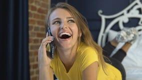 A mulher fala no telefone no quarto filme