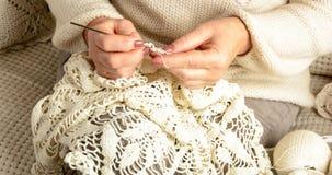 A mulher faz crochê a toalha de mesa Imagens de Stock Royalty Free