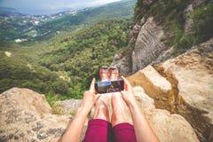 A mulher faz a foto da paisagem foto de stock royalty free