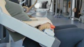 A mulher faz impulsos para as nádegas em instrumentos do treinamento video estoque