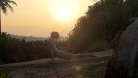 A mulher faz a ioga do namaskara do surya no movimento lento da trilha filme