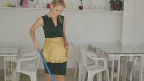 A mulher faz a limpeza menina que limpa o espanador do assoalho Limpeza vídeos de arquivo