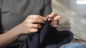 A mulher faz malha agulhas filme