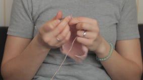 A mulher faz malha agulhas video estoque