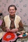 A mulher faz malha um gancho Imagem de Stock Royalty Free