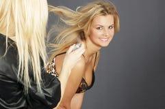 A mulher faz o estilo de cabelo Imagem de Stock
