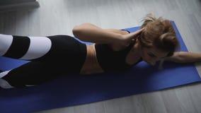 A mulher faz o exercício dos pilates na manhã em casa video estoque