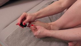 A mulher faz o pedicure filme