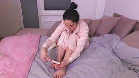 A mulher faz o pedicure video estoque