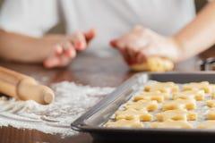 A mulher faz o pão do gengibre para o Natal Cores naturais Vida real Foto de Stock