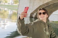 A mulher faz o selfie sob a ponte imagem de stock royalty free