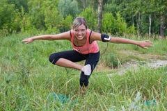 A mulher faz os exercícios ao ar livre. imagem de stock royalty free