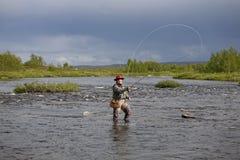 A mulher faz a pesca com mosca no rio 1 Imagens de Stock Royalty Free