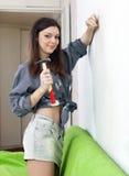 A mulher faz reparos com martelo fotografia de stock