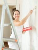 A mulher faz reparos em casa Imagens de Stock