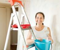 A mulher faz reparos em casa Imagens de Stock Royalty Free
