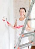 A mulher faz reparos em casa Fotos de Stock
