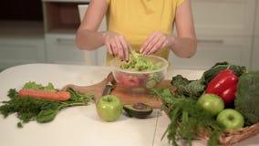 A mulher faz a salada vegetal filme