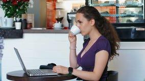 A mulher faz um café do pagamento e da bebida de NFC filme