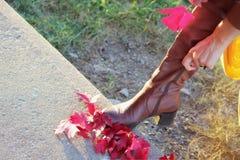 A mulher fecha acima suas botas Imagem de Stock Royalty Free