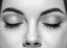 A mulher fechado eyes o estúdio do nariz preto e branco Imagem de Stock Royalty Free