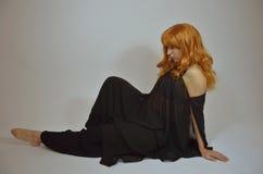 Mulher feericamente - menina bonita do ruivo com uma flor Dia das Bruxas Imagens de Stock