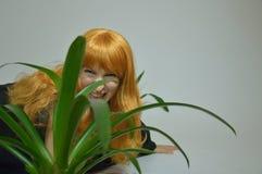 Mulher feericamente - menina bonita do ruivo com uma flor Dia das Bruxas Fotos de Stock Royalty Free