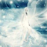 Mulher feericamente no fundo do inverno da neve Imagens de Stock