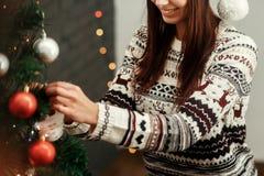 Mulher feliz à moda que decora a árvore de Natal camiseta vestindo w imagens de stock