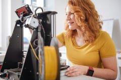 Mulher feliz alegre que trabalha com tecnologias 3d foto de stock
