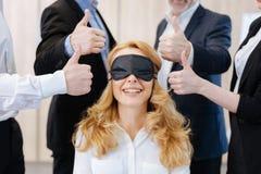 Mulher feliz alegre que veste uma máscara de olho fotos de stock