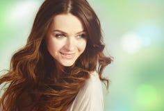 Mulher feliz ao ar livre Retrato do close-up bonito da menina, o cabelo de vibração do vento imagem de stock