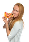 A mulher feliz aprecia comer a fatia de pizza de pepperoni com tomates Fotos de Stock