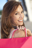 Mulher feliz bonita com o saco de compra cor-de-rosa Fotos de Stock Royalty Free