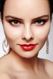 Mulher feliz bonita em brincos luxuosos da forma Joia brilhante do diamante com brilliants Retrato retro 'sexy' do estilo imagem de stock