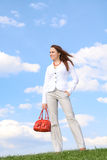 Mulher feliz bonita no fundo do céu azul Imagens de Stock Royalty Free