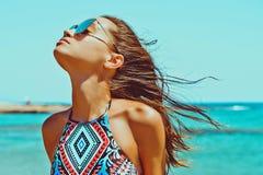 Mulher feliz bonita no mar imagens de stock royalty free