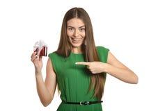 Mulher feliz bonita no vestido verde com a caixa de presente pequena isolada no fundo branco fotos de stock