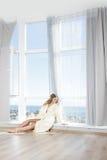 Mulher feliz bonita nova na manhã imagem de stock royalty free