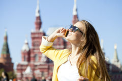 Mulher feliz bonita nova que chama pelo telefone em Moscou Fotos de Stock