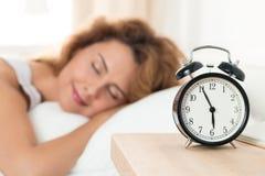 Mulher feliz bonita que dorme em seu quarto na manhã Imagem de Stock Royalty Free