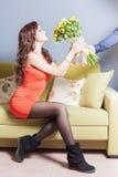 A mulher feliz bonita recebeu um ramalhete da flor das rosas Fotos de Stock